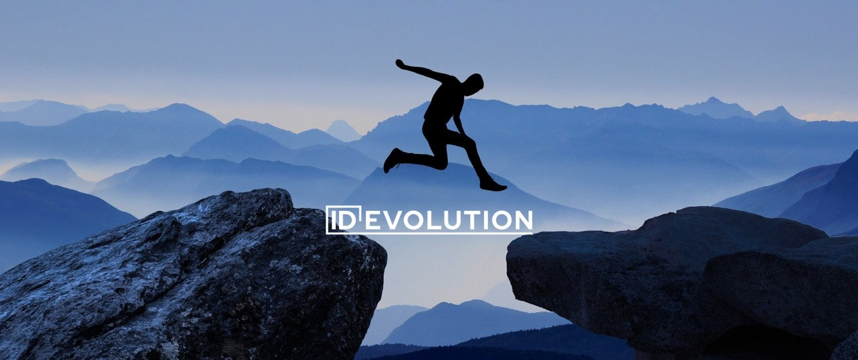 Homme sautant d'un rocher à un autre, le tout à contre jour